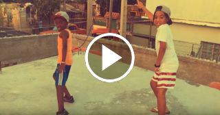 Dos niños cubanos sorprenden con su baile en la azotea de una casa del barrio de Romerillo