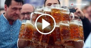 Camarero alemán rompe su propio récord del mundo transportando cerveza