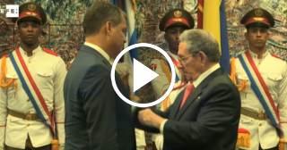 Raúl Castro condecora a Rafael Correa con la Orden José Martí