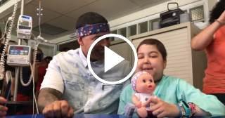 """Emotiva escena de Daddy Yankee cantando """"Despacito"""" con una niña enferma de cáncer"""
