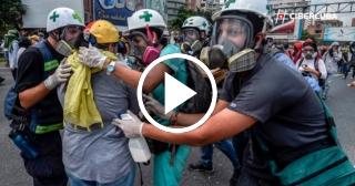 """Estudiantes de Medicina venezolanos de la brigada """"Cruz Verde""""prestan primeros auxilios durante protestas"""