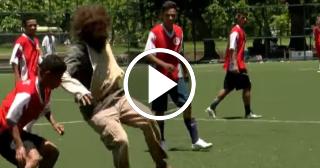 Estrella del futsal brasileño se disfraza de mendigo y sorprende a todos