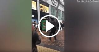 Amenazan a una joven musulmana por bailar junto a un bailarín callejero