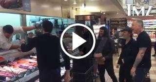 """Metallica canta """"Enter Sandman"""" con fans en un supermercado"""