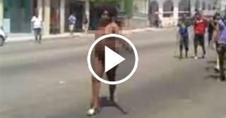 Una cubana se pasea desnuda por las calles de Guanabo