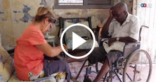 Dos mujeres cubanas salen en bicicleta cada día para ayudar a ancianos sin familia