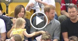 Mira lo que hizo el príncipe Harry de Inglaterra a una niña que le robaba rositas de maíz