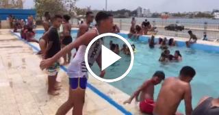 """Niños cubanos bailan """"El Palón Divino"""" de Chocolate en la piscina del Echeverría en La Habana"""