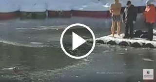 Un hombre salva a un perro de morir en un lago de agua helada en Rusia