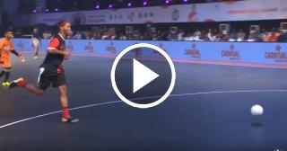 Ronaldinho ridiculiza a un portero y regala una joya de gol