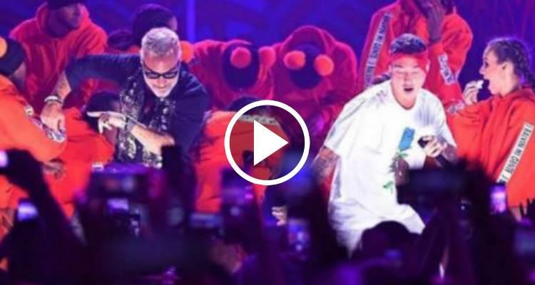 La actuación de J Balvin junto a Gianluca Vacchi en los Premios Juventud