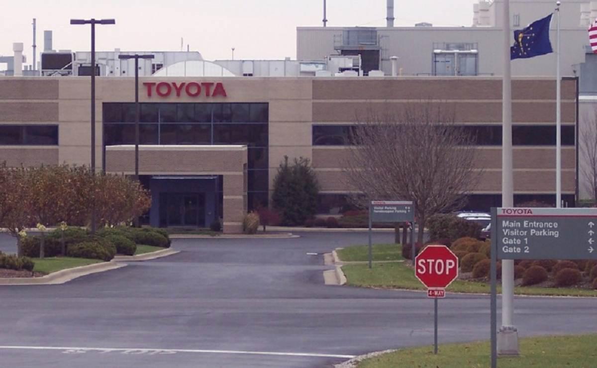 """Donald Trump """"amenaza"""" a Toyota al pago de un alto arancel si construye planta en México"""