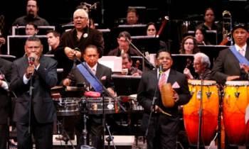 Orquesta venezolana La Dimensión Latina baila en casa del trompo