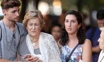 Busca a los dos jóvenes que ayudaron a su madre herida en el ataque de Barcelona
