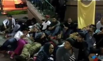 Cubanos varados en Nuevo Laredo presionan sobre su estatus y duermen en el parque