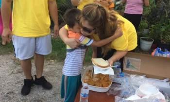 Dónde obtener comidas gratis, agua y recarga de teléfonos este jueves en el sur de Florida