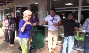 Discusión entre cubanos en el Versailles de Miami