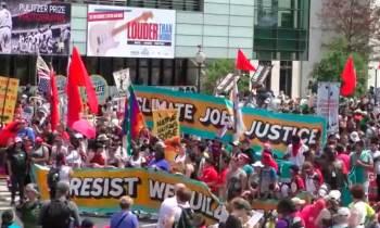 Protestas en Washington coinciden con las celebraciones por los primeros cien días del gobierno de Trump