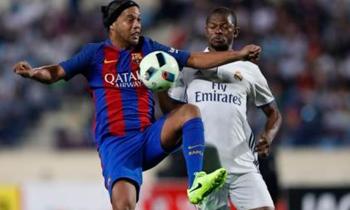 Ronaldinho se viste de Messi y decide otro Clásico en su nuevo debut azulgrana (+VIDEOS)