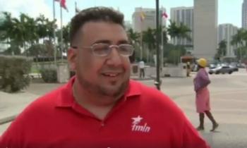 Cubano residente en Miami protesta contra Trump y porta una bandera con la imagen del Che