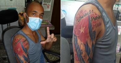 El activista se suma a otros cubanos que, dentro y fuera de la isla, han convertido el lema en parte de su cuerpo.