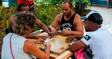Jugando al dominó en Santiago de Cuba