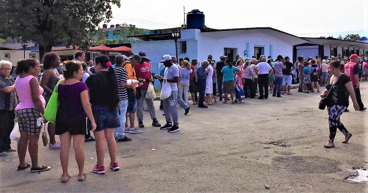 Continúan las largas colas para comprar huevos en La Habana