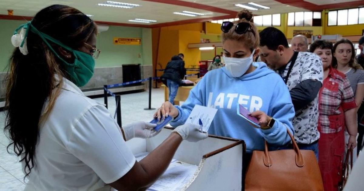 Passagiere bei der Ankunft am Flughafen Camagüey (Archivbild) | Bildquelle: https://www.cibercuba.com/noticias/2020-11-15-u1-e199370-s27061-cuba-cobra-tarifa-sanitaria-30-dolares-cada-pasajero-llegue-al © adelante.cu | Bilder sind in der Regel urheberrechtlich geschützt