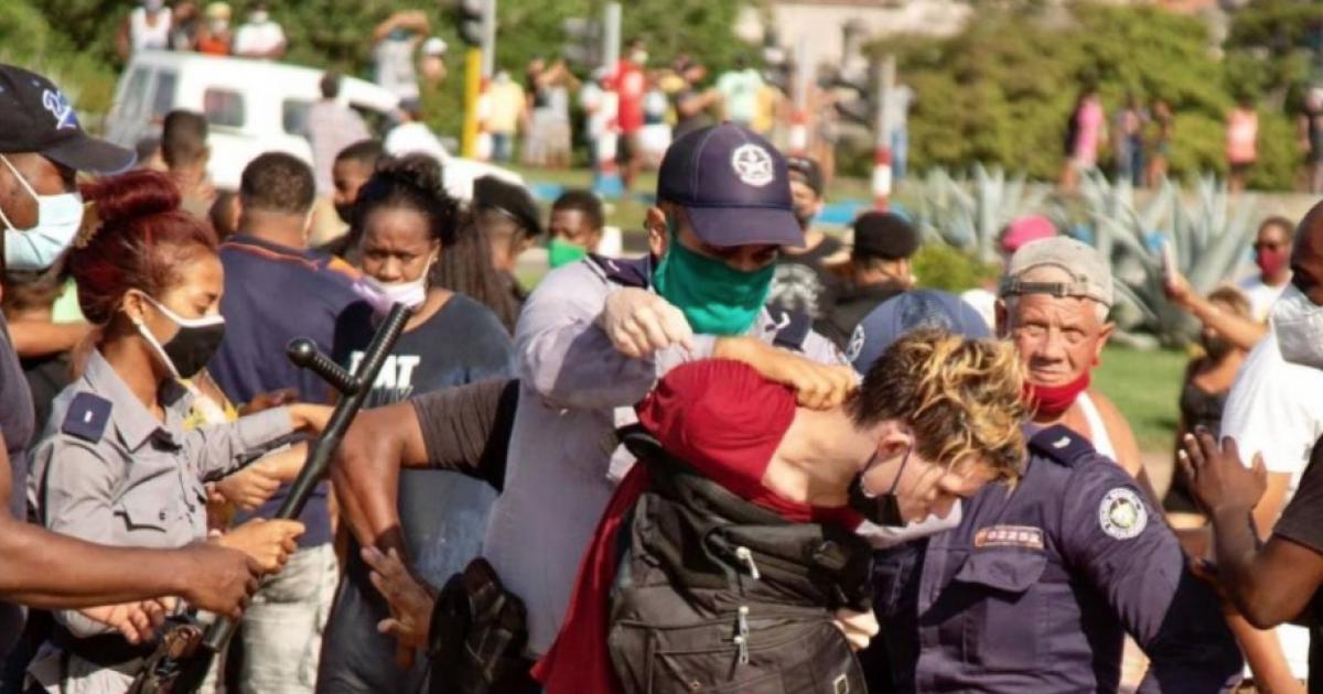 Festnahme bei den Protesten vom 11. Juli   Bildquelle: https://t1p.de/d95x © Marcos Évora   Bilder sind in der Regel urheberrechtlich geschützt